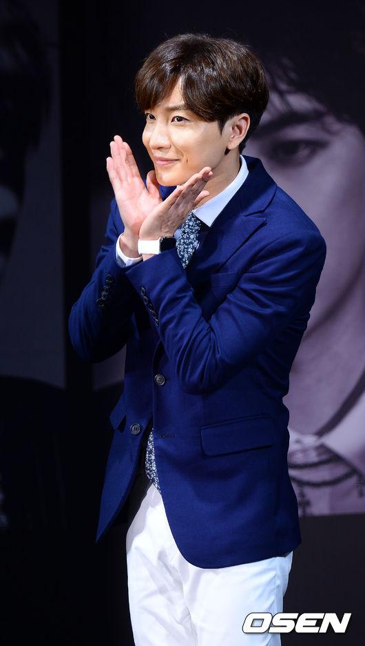 身為前輩Super Junior的利特和藝聲也來一下可愛的小花