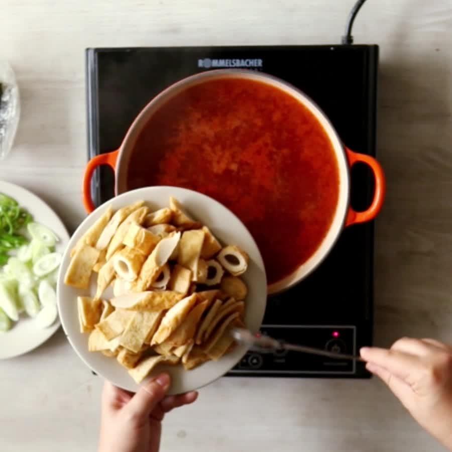 在紅通通的湯中倒入切好的魚糕,煮開!