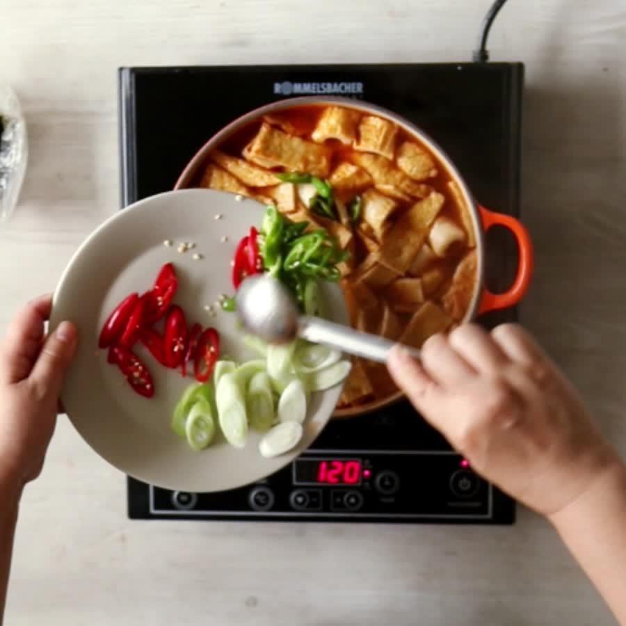 咕嚕咕嚕咕嚕....如果覺得味道淡的話,可以添加一點點鹽..之後放入切好的大蔥和辣椒..紫菜在吃之前放就可以了~