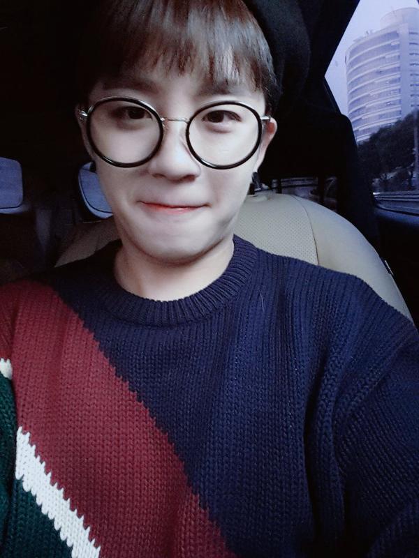 如果說到眼鏡會想到  B1A4 的 CNU,那說到圓圓眼鏡就一定會想到 Block B 的「泰欥」。