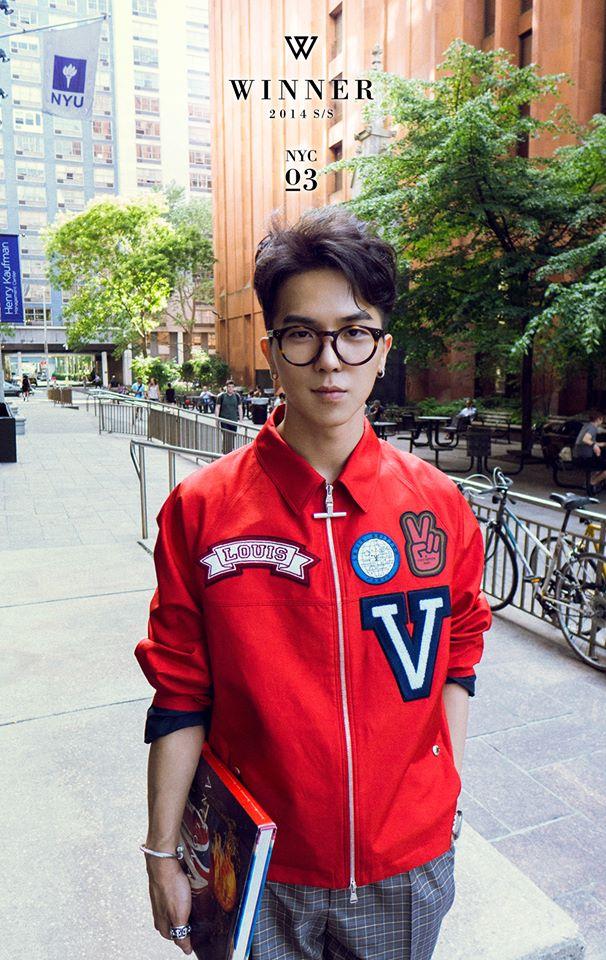 WINNER 的宋閔浩也帶過黑框的圓圓眼鏡。 其實南太鉉也常帶著圓框眼鏡去機場啦,但是因為版權的問題,所以都不能分享給大家看(啜泣)