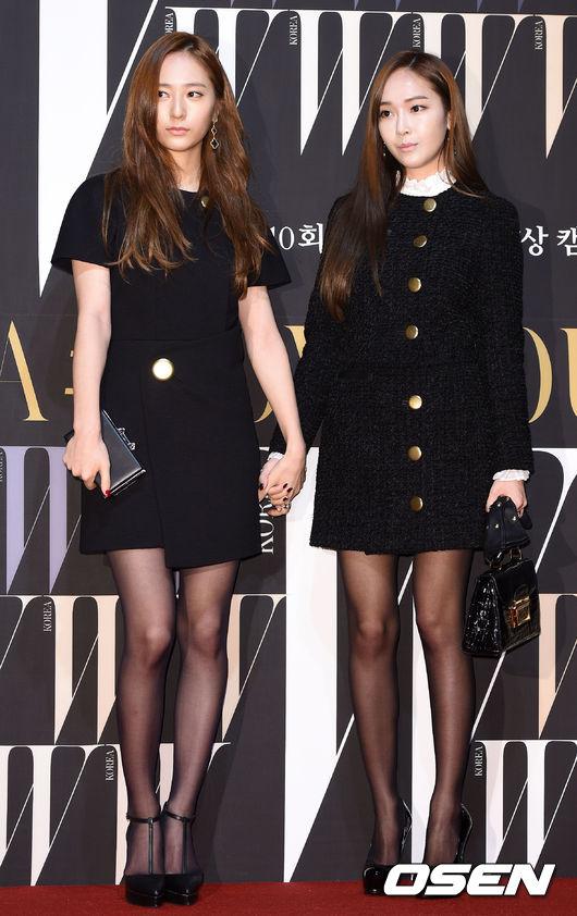 鄭氏姊妹牽著手出場實在是太有愛了!高冷的「黑」時尚哲學由Krystal與Jessica演繹絕對合適。