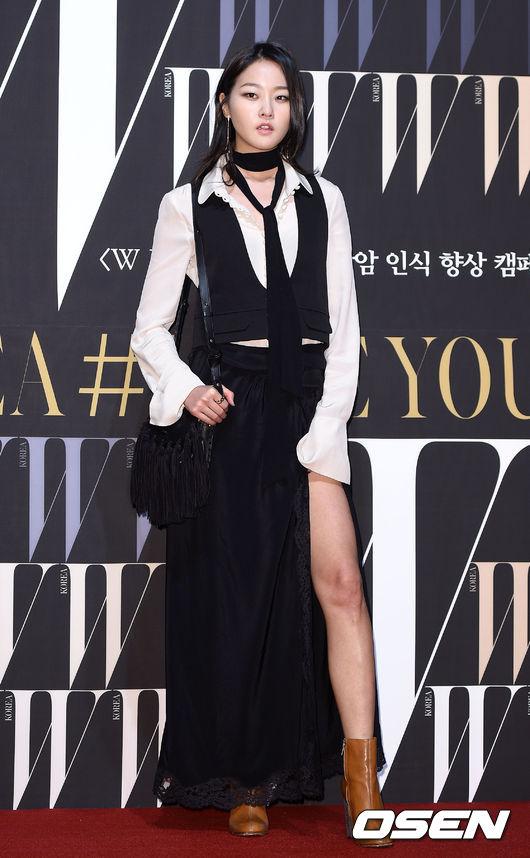 隸屬於YG K+的超模姜承賢以Chloe新裝出席W活動,露出大長腿羨煞所有人。