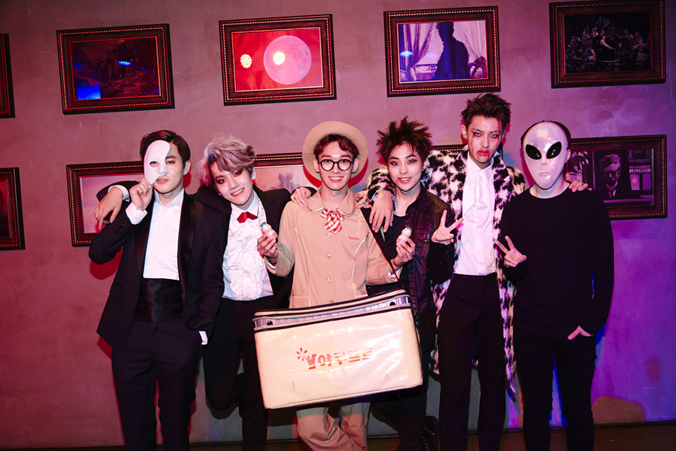 EXO 也認真變裝了,但 CHEN 的養樂多阿姨裝扮也太跳 tone 了吧´ω`