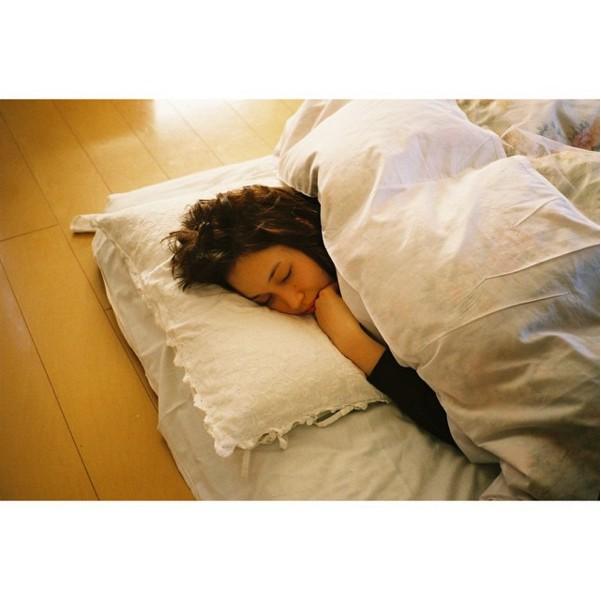 7. 有時間就多睡一點吧,雖然黑眼圈不等於沒睡飽,但不熬夜的確可以減少黑眼圈生成喔!