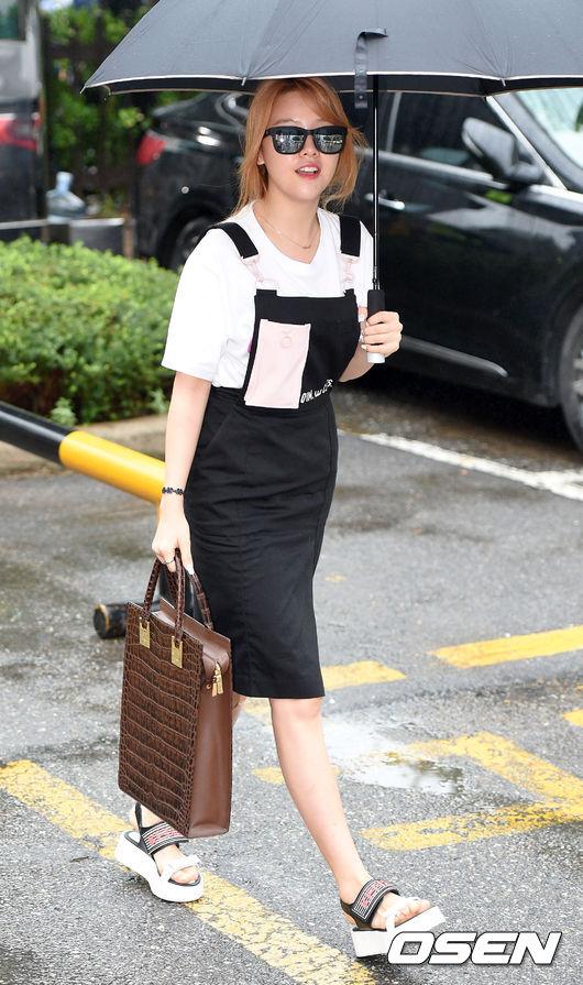 珉雅選了一條吊帶開叉裙,上面的吊帶還加了粉色元素,性感和可愛並行。