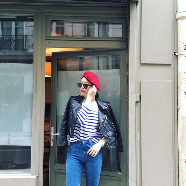 就是這種感覺...! 鮮豔的紅唇與紅色的貝雷帽相呼應...條紋T恤外搭皮夾克..熟女風