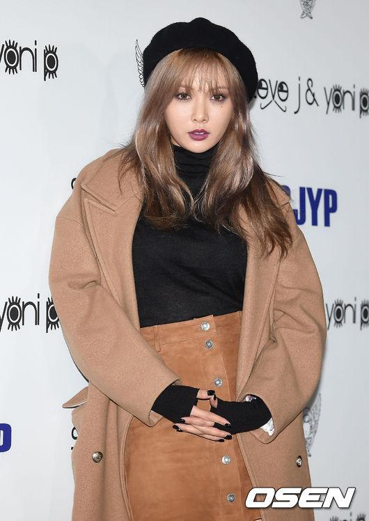泫雅在剛結束的首爾時裝周上也帶了一頂貝雷帽出場,煙燻妝+紫色口紅,也是性感翻了。