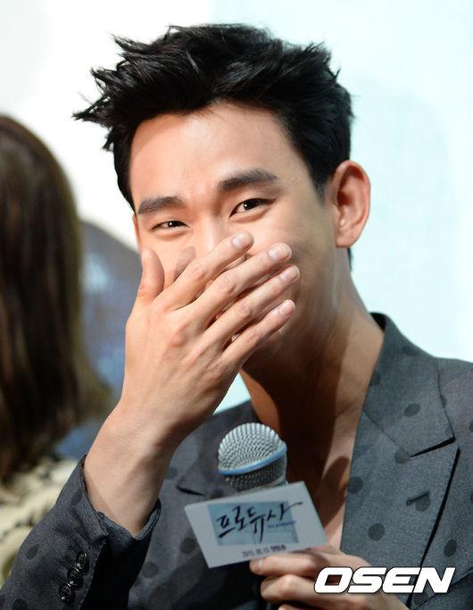 像是提到演員金秀賢 大家就會聯想到他滿滿笑意的眼睛 還有用手摀嘴巴的可愛動作!