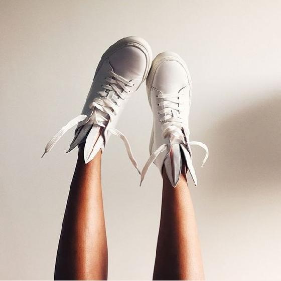 今年秋冬繼兔耳指彩、像兔子般俏皮的毛球鞋後,又有一項兔耳系列商品被日本網友挖出來啦!是來自芬蘭的品牌MINNA PARIKKA,獨特的兔耳設計,讓許多歐美明星都對他愛不釋手,幾乎人腳一鞋!這確定兔子稱霸了今年秋冬,話不多說,快來感受這款兔耳鞋的獨特魅力吧!
