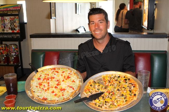 但是披薩店的老闆Matt McClellan (就是照片中的那位仁兄)想要證明吃披薩也能減肥!而他的確做到了,靠著每天吃一份大批薩,一個月內他瘦了10公斤!