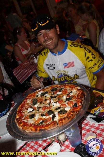 Matt 先生每天吃下六片特大號披薩(2400卡的熱量),每兩個小時就吃一片披薩。但是他吃的不是那些有著滿滿起司和香腸、臘腸的披薩。換句話說,他吃的是擁有各式各樣健康食材的版本啦!