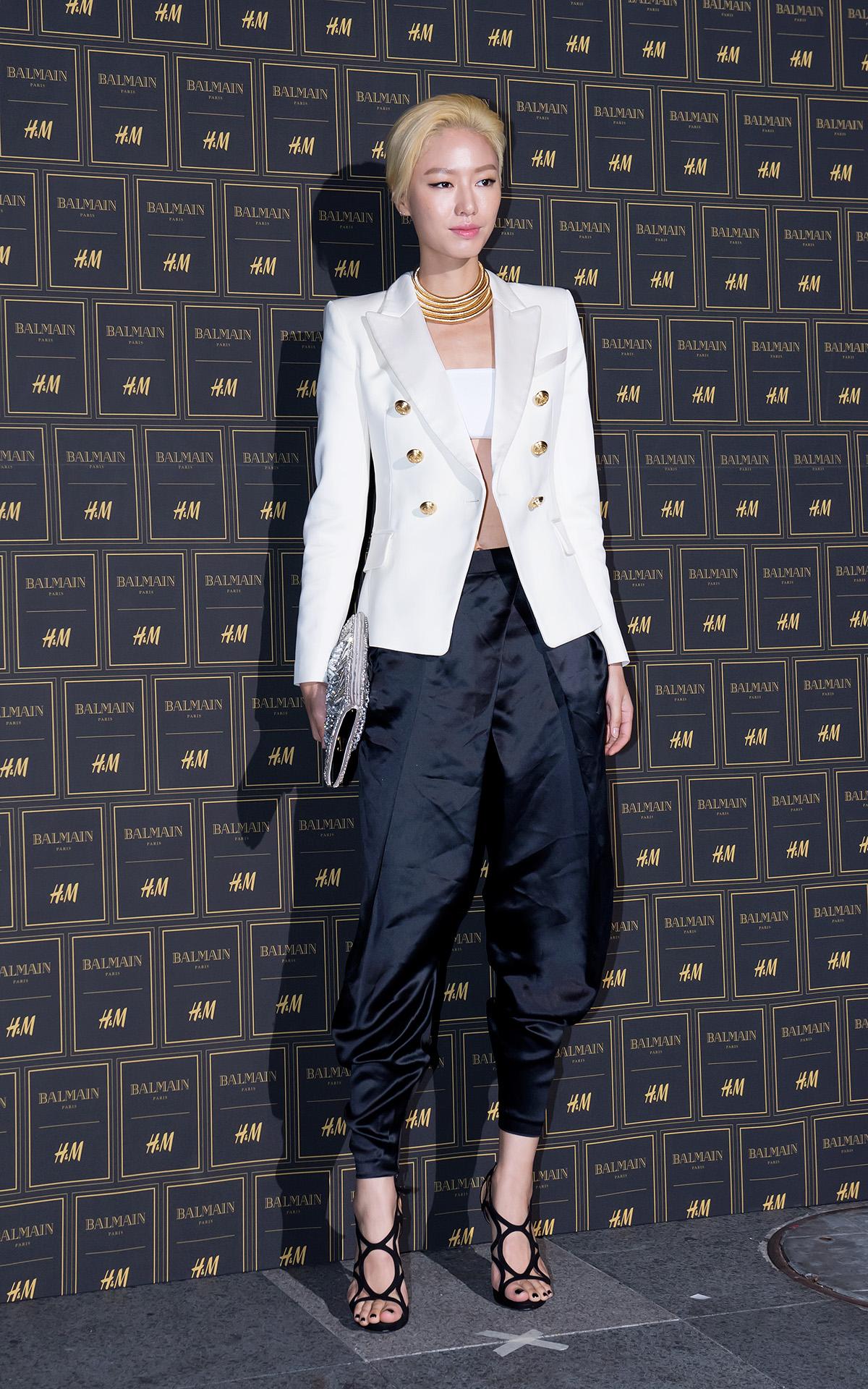 在韓國時尚圈備受注目的朴澀琪則做了修飾身形的寬褲造型,白色與金屬扣環的西裝外套已經是許多時尚潮人的慾望單品。