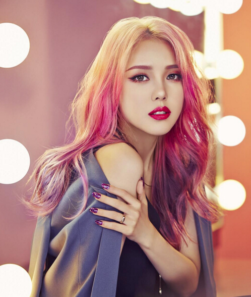 要說韓國彩妝達人就不能不提到彩妝女王PONY,她被稱為韓國最會化妝的妹子。在分享妝容時以易上手、超實用、最前端及效果驚人等特點,集聚了難以想像的超高人氣。