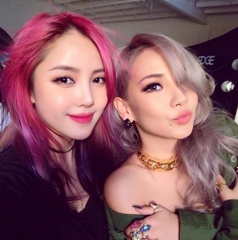 最近更是多了一個身份「明星貼身化妝師」,CL的御用化妝師。自從Pony大神成為了CL的化妝師之後,CL的女王氣質簡直比以前竄升幾級,更精美、更國際化。