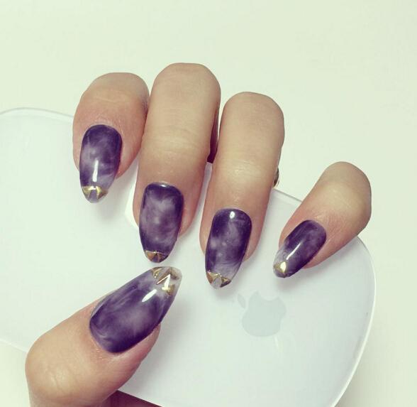 不只是髮色,指甲油都走起了秋冬質感,深紫色的水染漸變加上指尖的金屬裝飾個性而富有變化。