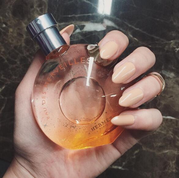 「任性 」女孩當然不能錯過這瓶Hermès橘彩星光女士香水,雖然是女香卻不帶有一點點的花香調,主調採用極度優雅的海洋龍涎香,同時在搭配男性香調中廣被使用的木質橡木調,再加入一點點如瓶身上同色的柑橘香,沉穩中帶著清新的氣息,浪漫而女性化的風格,成功地表達出女性唯美的精神,與PONY一直以來的「悅己」風格非常融合。