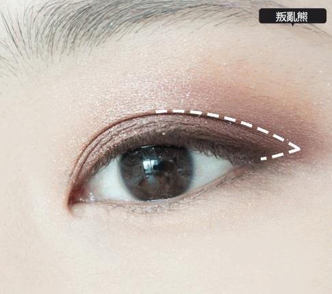 4.再用深紫色眼影重點掃一下剛才的雙眼皮部分