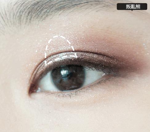 5.為了提亮眼妝,瞳孔正上方塗粉色眼影