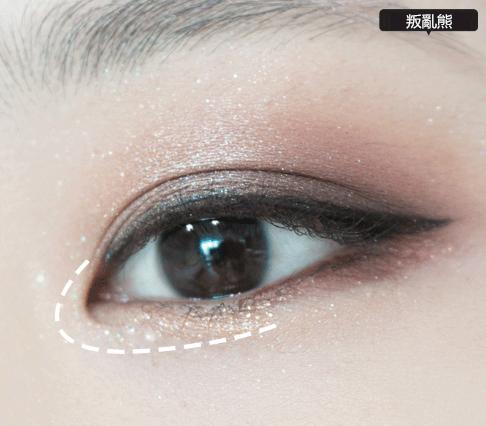 8.下眼皮的前半部分塗上金色眼影