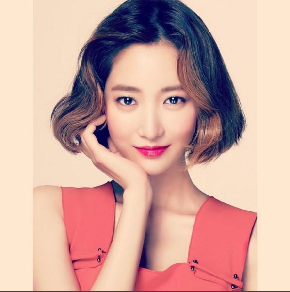 高俊熙挑染後,中長髮的造型展現姐姐魅力風采,看起來相當豔麗。