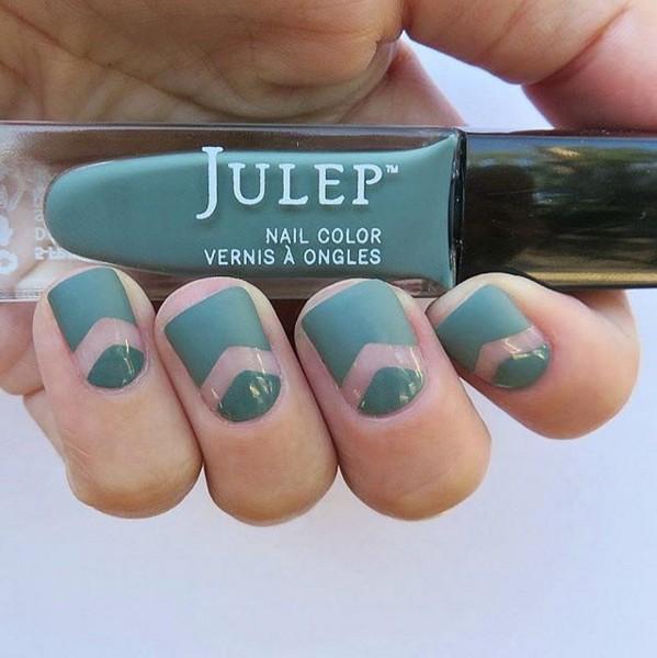 喜歡淺色的女孩,可以選擇帶有墨綠色彩的指甲油做簡單的彩繪。