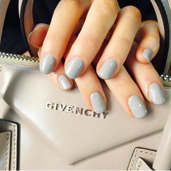 比起夏季,灰色是最適合冬季的限定色調!在一片黑矇矇的服裝趨勢下,灰色調的修長手指會變成非常亮眼的焦點喔!
