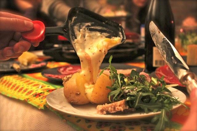 Raclette是烤熟的馬鈴薯或蔬菜混合起司一起吃的一種食物,在一個小容器裡把起司烤熔化倒入蔬菜中使用即可!