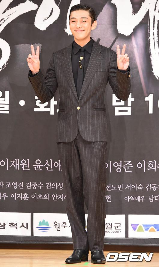 在劇中飾演桀驁的是「劉亞仁」,就說每個韓劇都有個默默守護女主角的男二啦,尤其是像這樣女扮男裝的題材,而且通常都會是男二先發現女主角的身分,然後都會想盡辦法要幫她保密。