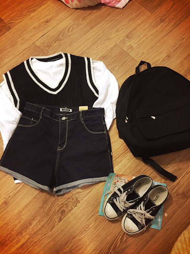 #搭配短褲 也可以像泫雅一樣搭上一條夏天的短褲啊~韓國人就是喜歡穿看上去髒髒舊舊的鞋子