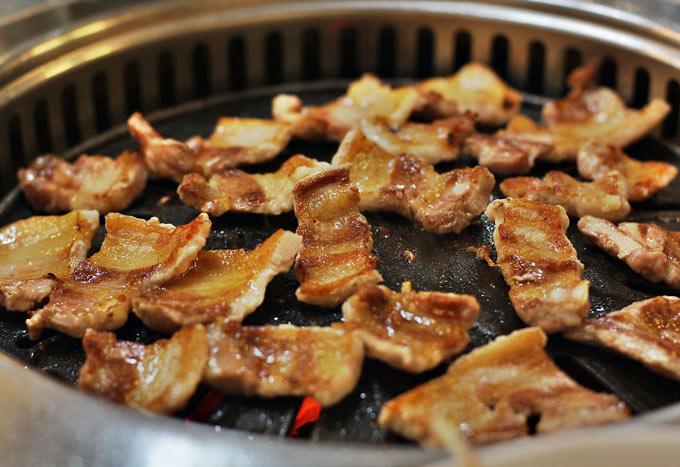 特別是含有飽和脂肪的食物,吃得越多,發生乳癌的概率越大。牛肉和豬肉中含有大量的飽和脂肪,所以盡量少吃!!..... T0T道理俺都懂,可是臣妾做不到啊~