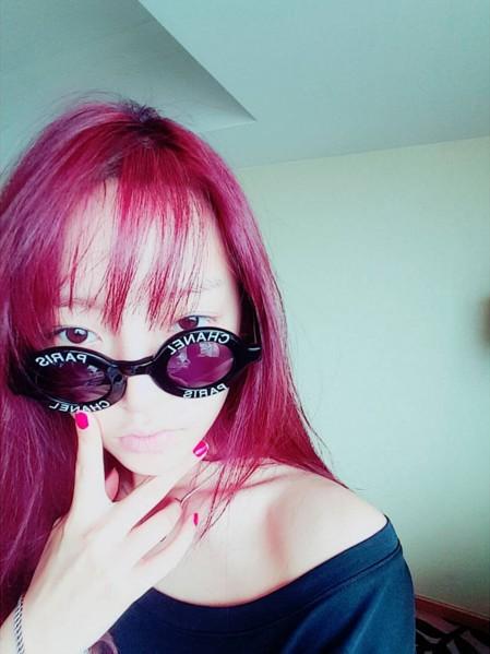 具荷拉最近也將一頭繽紛亮眼的紅髮變色了!
