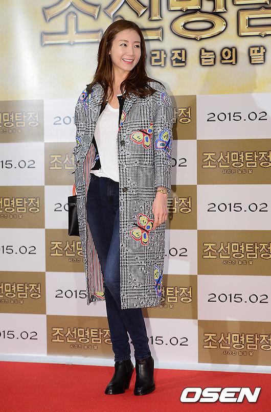 崔智友身著Thom Browne2015春夏系列大衣 亮相電影《朝鮮名偵探》的VIP試映會 大衣上的蝴蝶刺繡也很是精緻