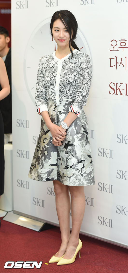 「凍齡女神」李沇熹也穿過一套TB的灰色印花套裙 搭配淡淡奶黃色尖頭高跟鞋是不是很優雅?
