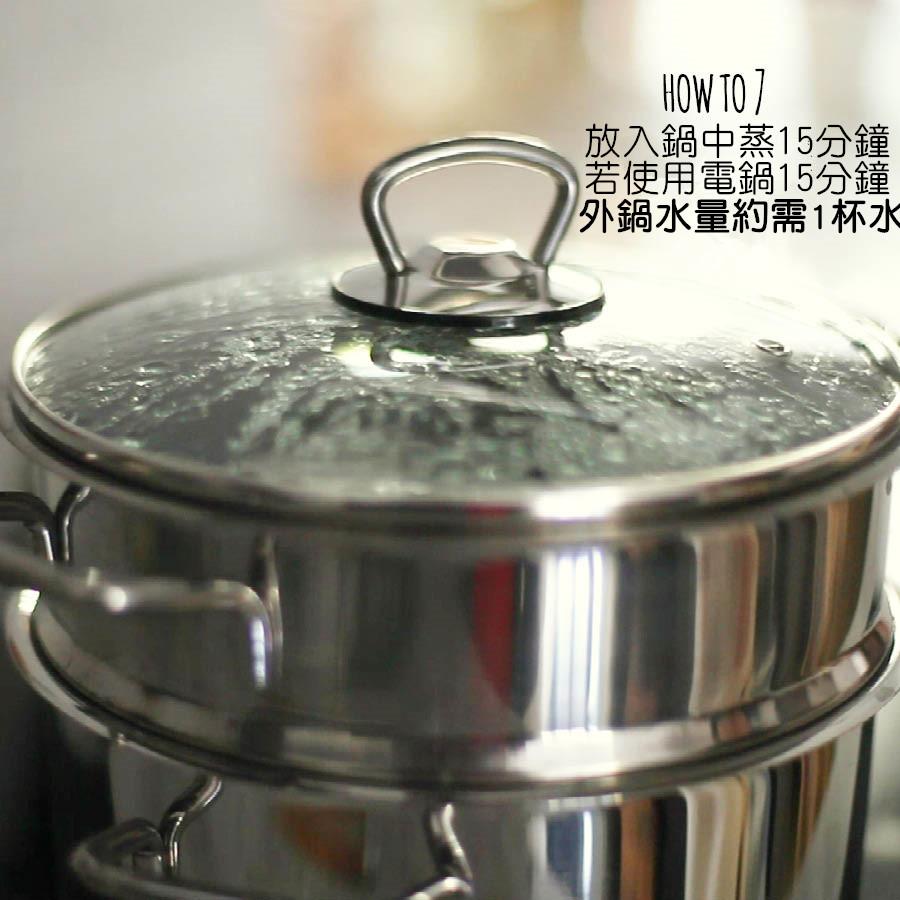 接著只需放入蒸煮的鍋中以中火蒸約15分鐘 若以電鍋操作約於外鍋放1杯水! 另外如果想品嚐半熟蛋的口感只需蒸約10-12分鐘即可