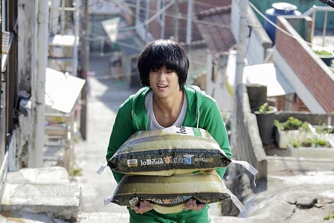 電影處女作《盜賊門》,成為韓國影史票房冠軍;在首部獨挑大樑的電影《偉大的隱藏者》中,挑戰擁有雙重身分的朝鮮間諜,打破韓國影壇11項票房紀錄.....第二名就這麼厲害,讓小編更期待第一名是誰了!!!