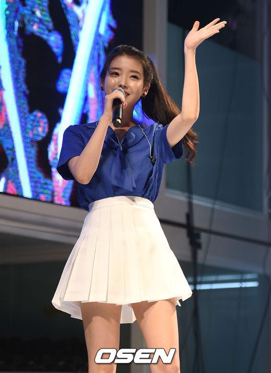 最近常常成為搜索關鍵字的IU,大概因為可愛的外貌和笑容,讓韓國男性們都產生了戀愛的感覺,所以帶有春天氣息吧?哈哈(゚∀゚)