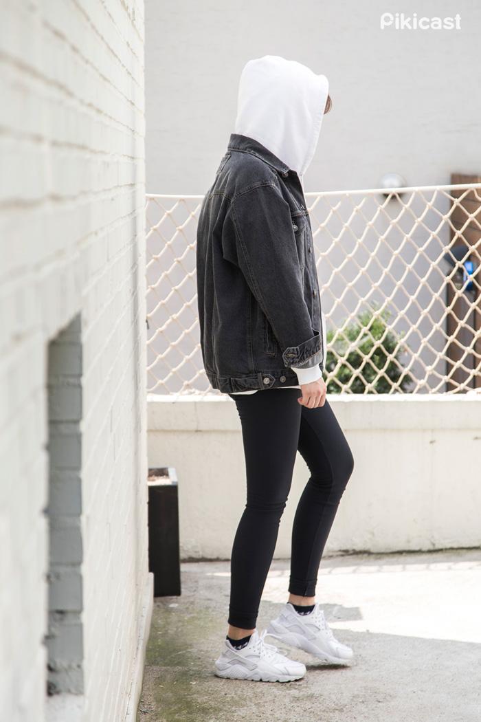 2) 在丹寧外衣下加件運動連身帽T