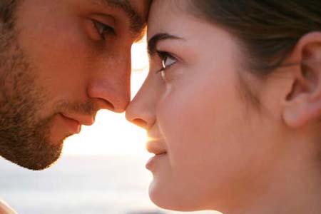 1. 對視2分鐘 根據麻薩諸塞大學Joan Kellerman的研究,越是長時間的對視,越能增加彼此的好感,感覺像是陷入了愛情當中...