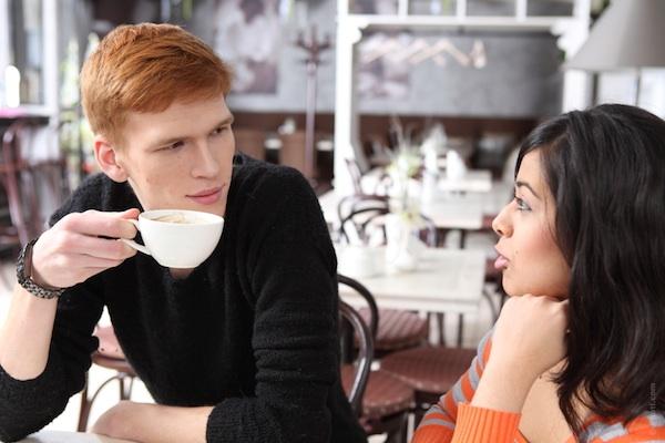 8. 變化的聲調 女生如果對這個男生有興趣的話,會降低聲調;男生則相反,會大聲地說話! 不管怎麼說,聲調都會增加魅力的,對吧?