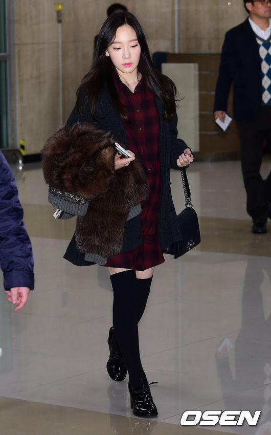 過膝長襪+英倫風的格子襯衫,讓太妍看起來宛如高中生