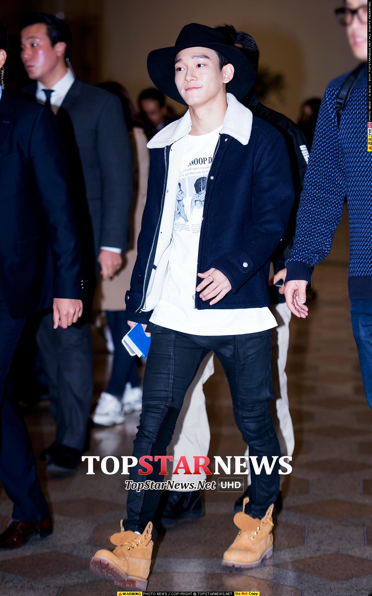和伯賢的男孩風不同,CHEN戴上黑色寬延帽,整個機場都是他的伸展台~