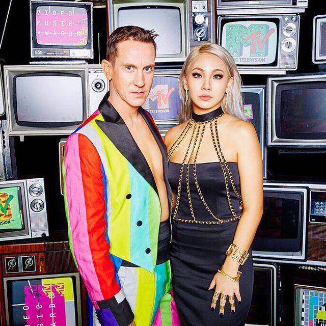 但是也不忘躍上主流媒體,例如和Jemery Scott參加今年的MTV音樂錄影帶大獎。
