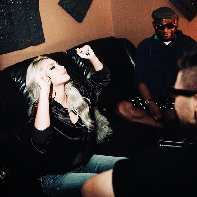 CL日前已透露,美國出道專輯名稱取名為《Lifted》,包含單曲《Hello Bitches》、《Fallin》等曲子,預計最晚會在年底前發行!