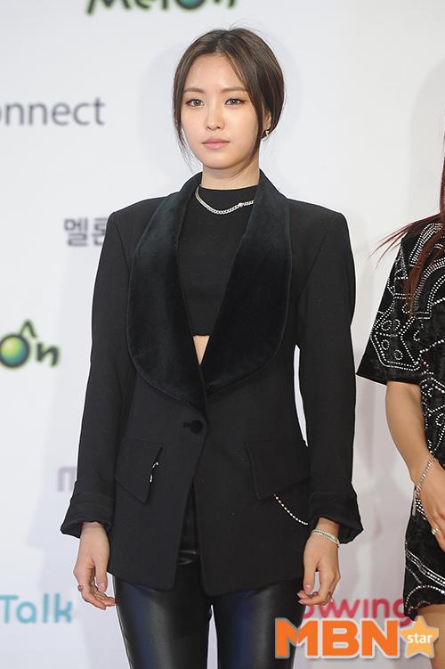 Apink孫娜恩今晚以一身黑搭配黑色西裝外套出席2015MMA的頒獎典禮現場,只有身材夠好才可以撐得住這樣的西裝大衣