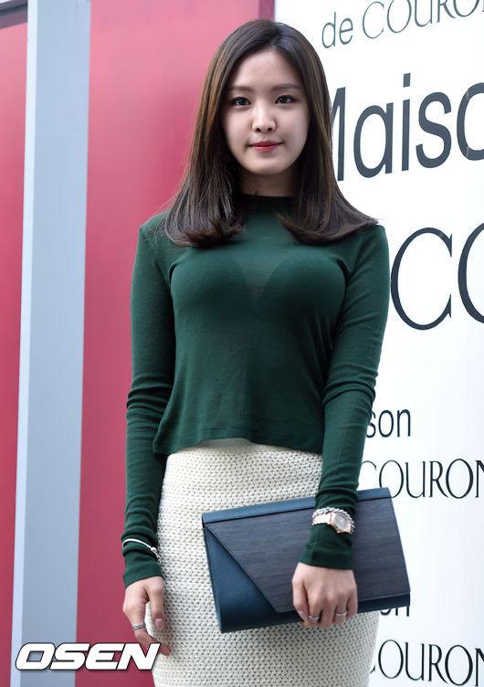 娜恩日前在首爾參加時尚品牌活動,上身穿著一般人難以駕馭的深綠色絲質上衣就算了...那個透視度....