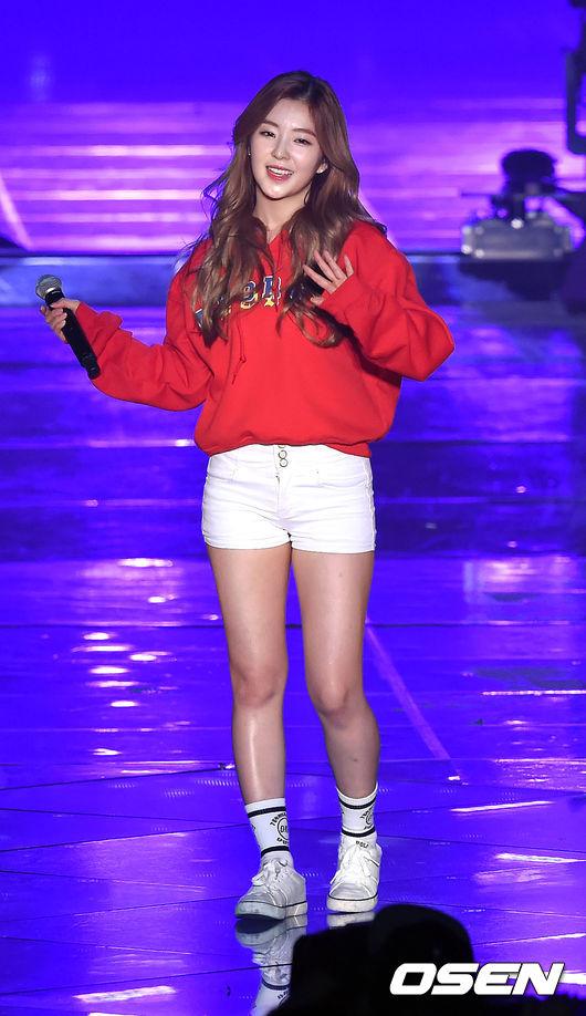 #3 Irene  出道之初就備受關注的Irene 在今年洗腦神曲'dumb dumb'大受好評之後更有人氣 超有青春活力的red velvet更是最近不少粉絲的新歡