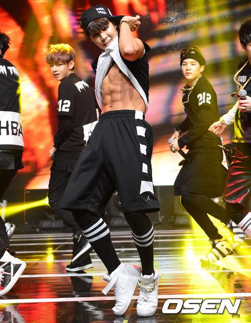 11.防彈少年團 智旻 這張都已經露出巧克力腹肌了,還能說他不夠真男人嗎XD小編想舞台上的爆發力也是韓國媒體選智旻的原因之一囉~
