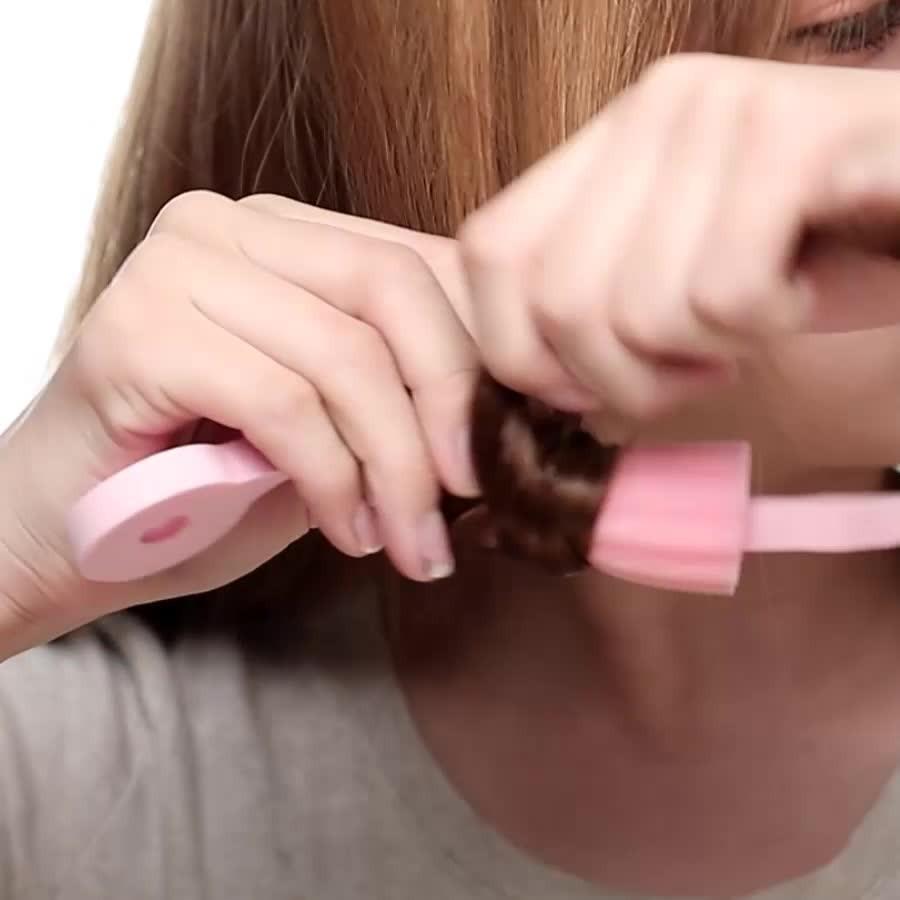 洗頭後,擦乾髮根部位;剩餘頭髮維持半乾狀態,把頭髮慢慢地捲在海綿捲髮棒上;捲好後把尖頭的一端繞過來插在捲髮棒尾端的孔裡邊,再拉一拉,30分鐘後散開頭髮就可以了~