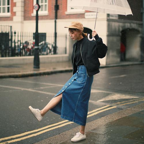 PLUS!! 丹寧長裙也是人氣購買款~ 來雙風格反差大的球鞋搭配 mix & match你學會了嗎?